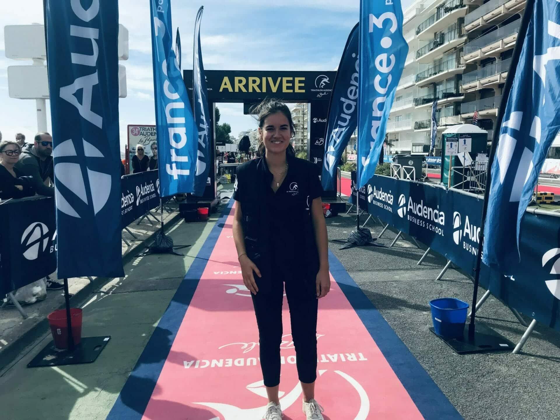 Sur la ligne d'arrivée du 34e triathlon Audencia - La Baule avec la présidente de l'association organisatrice de l'événement